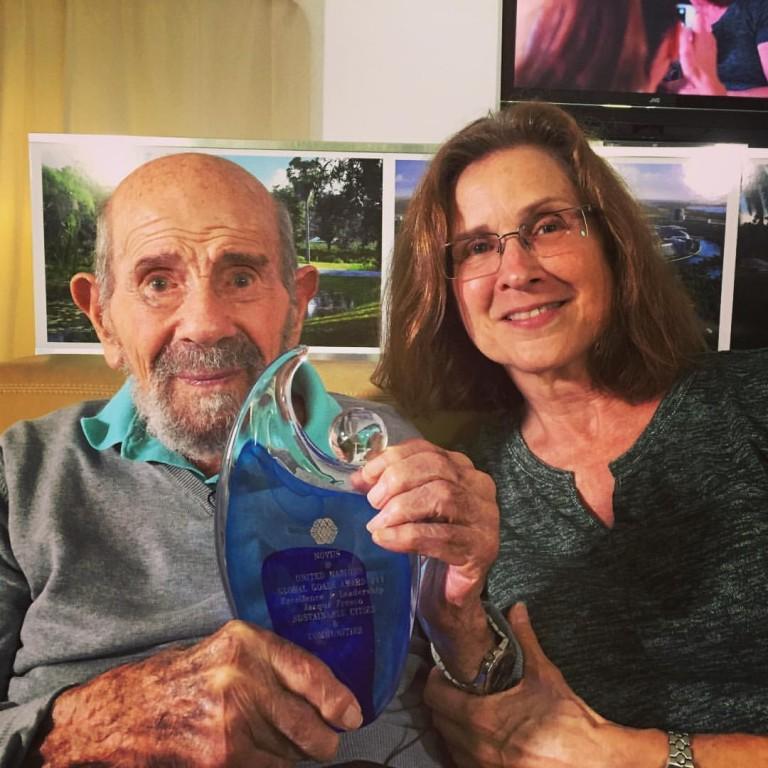 Jacque Fresco je prejel nagrado na prvem svetovnem srečanju vrha NOVUS
